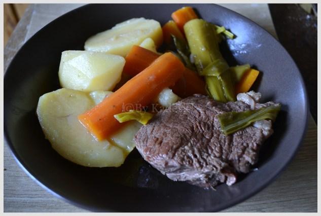 Recette traditionnelle du pot au feu cuit à la mijoteuse avec viandes et légumes bio