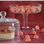 Recette- dessert-Crème brûlée aux fraises tagada présentées sous une cloche transparente