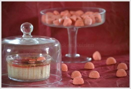 Recette - dessert - creme brulee aux fraises tagada présentées sous une cloche transparente