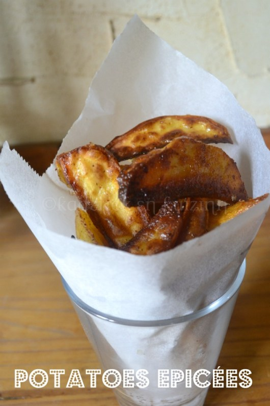 Recette Américaine des potatoes epicees servies dans un cornet en papier blanc