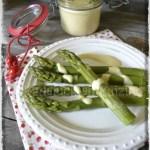 Présentation à l'assiette asperge verte et sa sauce blanche pour une entrée du repas de Pâques