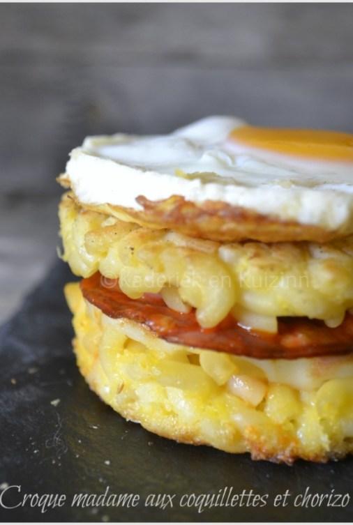 Recette du croque madame aux coquillettes avec du chorizo ou du jambon cuit dans des emportes pièces