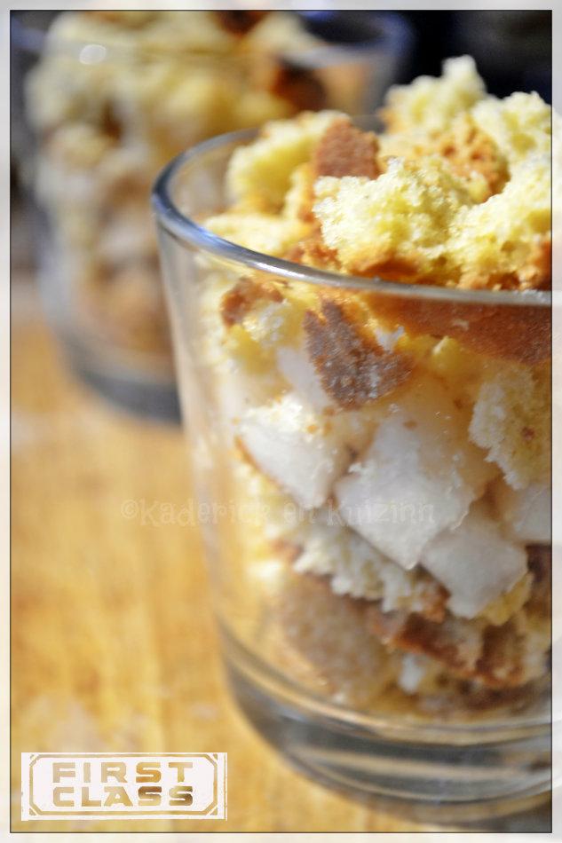 Préparation de la verrine de poire bio et biscuit, un dessert avec de la crème anglaise