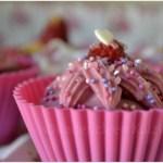 Décor des cupcakes avec des coeurs roses et violets et glaçage rose vahiné