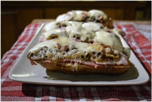 Recette des bruschettas italienne au jambon et chorizo recouvertes de gruyère râpé et de mozzarella