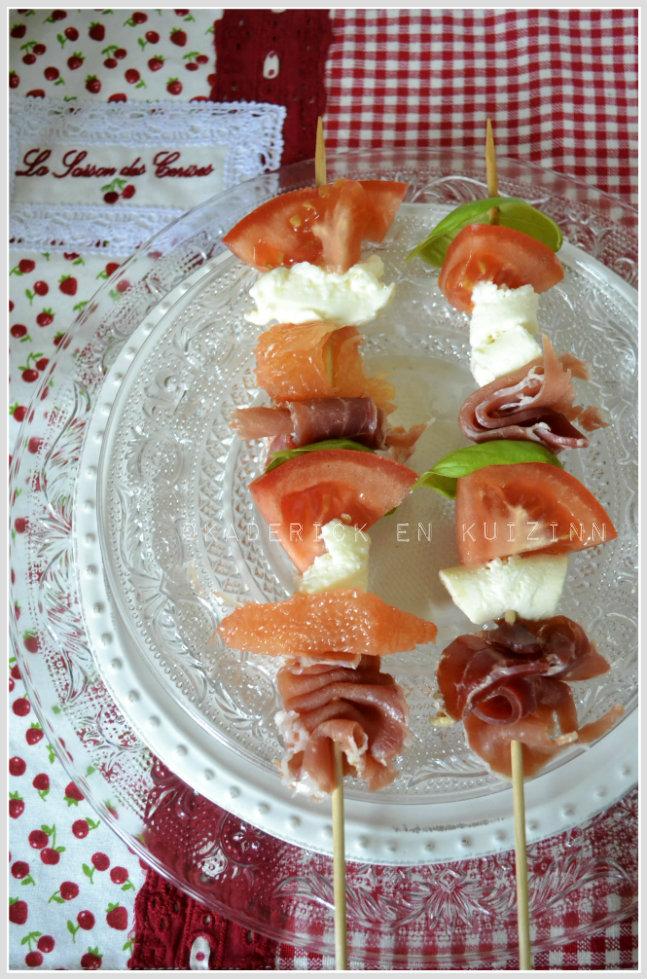 Présentation des brochettes tomate jambon et pamplemousse pour une entrée sucrée salée