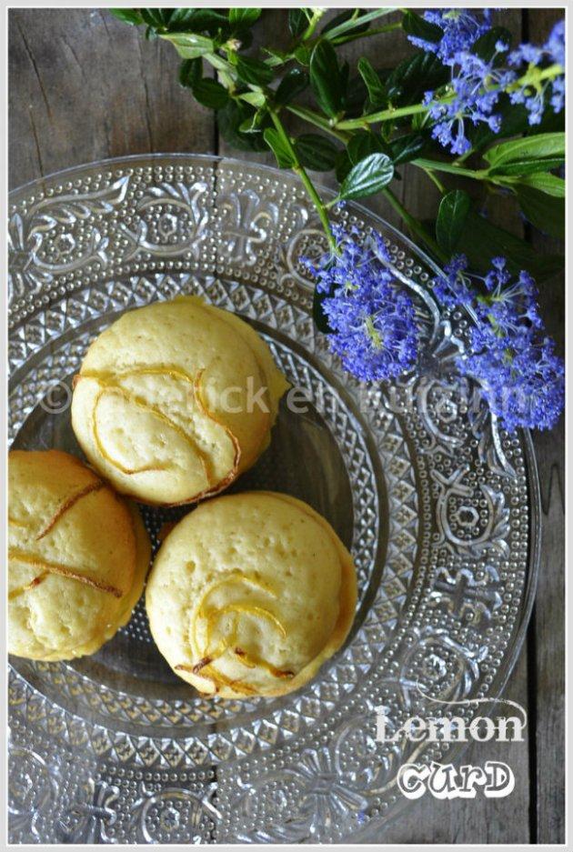 Présentation des whoopie pies au lemon curd sur une assiette transparente avec une fleur de céanothe sur ©Kaderick en Kuizinn