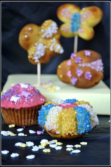 Recette madeleines pop's de mon partenaire Silikomart® décoré avec du sucre de couleurs bleu, blanc, or
