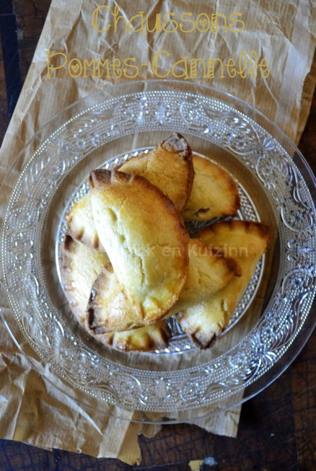 Dégustation des chaussons aux pommes à la cannelle avec des pommes confites avec la cannelle placé dans un chausson de pâte brisée maison