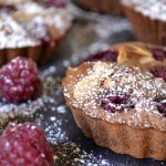 Dégustation des minis clafoutis au chocolat & framboises bio pour un goûter gourmand