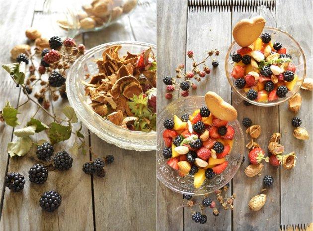 Dégustation salade multi-fruits d'été un dessert frais & rapide avec des pêches, nectarines, fraises, mûres sauvages et amandes de mon jardin