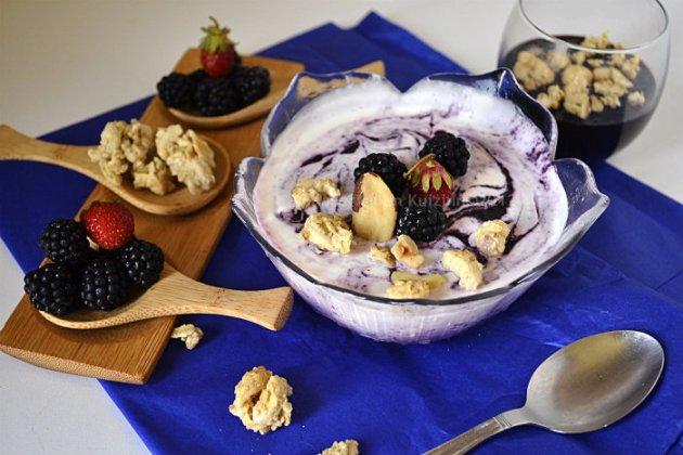 Recette facile glace au yaourt grec avec des mûres sauvages & fraises pour un dessert frais et léger sur Kaderick en Kuizinn©