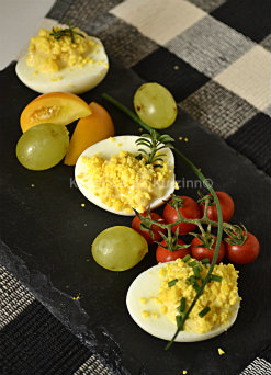 Ingrédients de la recette des oeufs mimosa de mon enfance aux raisins blancs et tomates cerises grappes bio - Kaderick en Kuizinn©