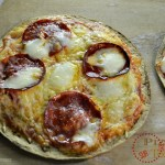 Recette pizzas rapide sauce épicée sur galette à tortillas avec du jambon mozzarella et chorizo - Kaderick en Kuizinn©2013