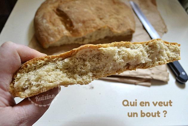 Morceau de pain de campagne à la farine de seigle fait à la M.A.P pour une miche
