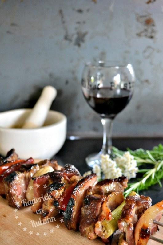 Dégustation des brochettes porc au rôti de porc dans l'échine et légumes bio de saison à la plancha