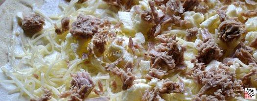 Composition pizza thon à la crème, mozzarella et gruyère