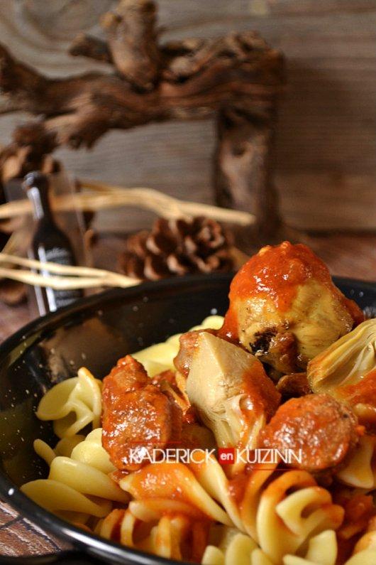 Pâtes fusilli aux artichauts et saucisses de Toulouse à la sauce tomate - recette italienne