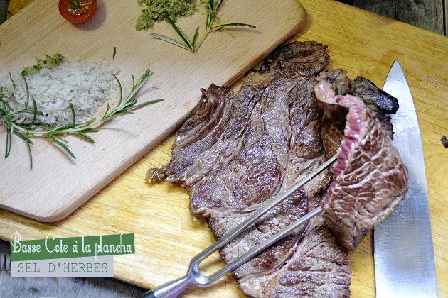 Boeuf a la plancha - Recette plancha de la basse côte de bœuf grillée accompagné de sel d'herbes