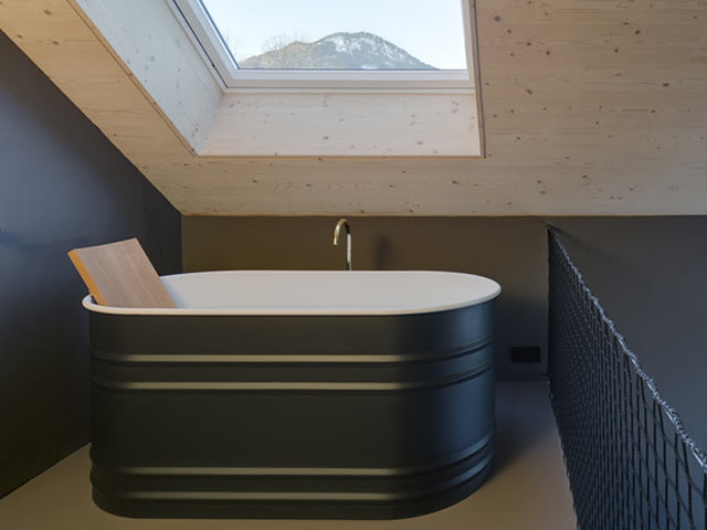 small bathtub,