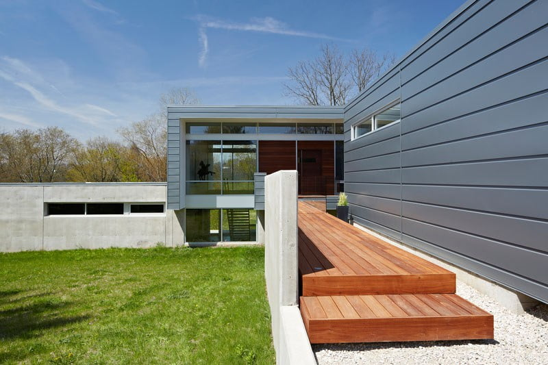 visual-contrast-between-the-concrete-and-aluminum-panels