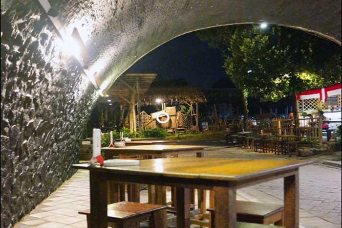 Kafe Unik Kolong Jembatan