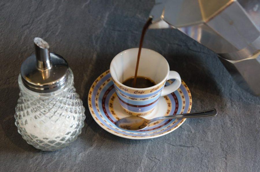 elektrischer espressokocher einschenken