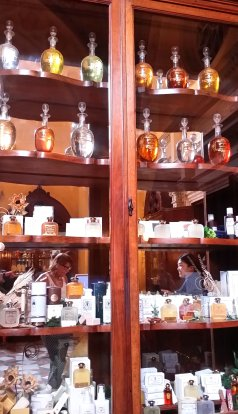 One of the many, many cabinets with scented products and topped by large urns of perfume or liqueurs. Photo: my own.