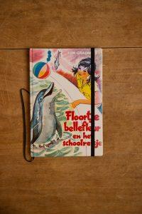 Van het leesboek Floortje Bellefleur en het schoolreisje is een notitieboekje gemaakt. Blanco pagina's, voorzien van een zwart elastiek en een lintje.