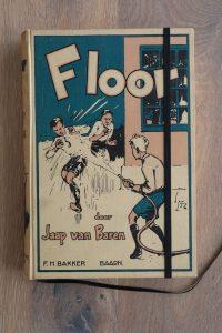 Van het boek Floor hebben we een notitieboekje gemaakt. De eerste pagina's van het originele boek zitten er nog in. Blanco pagina's, voorzien van een zwart elastiek en een lintje.