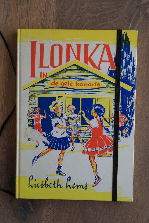 Van het boek Ilonka hebben we een notitieboekje gemaakt. De eerste pagina's van het originele boek zitten er nog in. Blanco pagina's, voorzien van een zwart elastiek en een lintje.