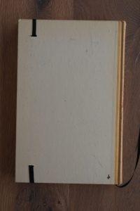 Van het boek Operatie Agadir hebben we een notitieboekje gemaakt. De eerste pagina's van het originele boek zitten er nog in. Blanco pagina's, voorzien van een zwart elastiek en een lintje.