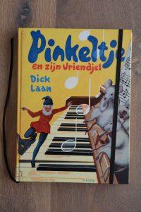 Van het boek Pinkeltje en zijn vriendjes hebben we een notitieboekje gemaakt. De eerste pagina's van het originele boek zitten er nog in. Blanco pagina's, voorzien van een zwart elastiek en een lintje.