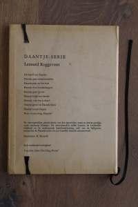 Van het boek Roel en Remi in gevaar hebben we een notitieboekje gemaakt. De eerste pagina's van het originele boek zitten er nog in. Blanco pagina's, voorzien van een zwart elastiek en een lintje.
