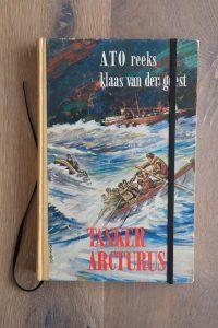 Van het boek Tanker Arcturus hebben we een notitieboekje gemaakt. De eerste pagina's van het originele boek zitten er nog in. Blanco pagina's, voorzien van een zwart elastiek en een lintje.