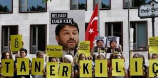 Des manifestants brandissent des portraits du président d'Amnesty international en Turquie, Taner Kiliç, pour demander sa libération, devant l'ambassade turque à Berlin, le 15 juin 2017