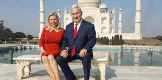 Le Premier ministre israélien Benjamin Netanyahu et son épouse Sara posent pour une photo devant le Taj Mahal lors de leur visite en Inde, le 16 janvier 2018