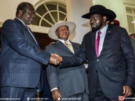 Le président du Soudan du Sud, Salva Kiir (à droite) serre la main au chef rebelle Riek Machar durant les pourparlers de paix à Entebbe, en Ouganda, sous l'oeil du président ougandais Yoweri Museveni (centre), le 7 juillet 2018.   AFP   SUMY SADURNI