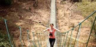 passerelle en bois est suspendue à plus 10 mètres au-dessus d'une rivière du Niokolo Koba, parc national au coeur du Sénégal Oriental