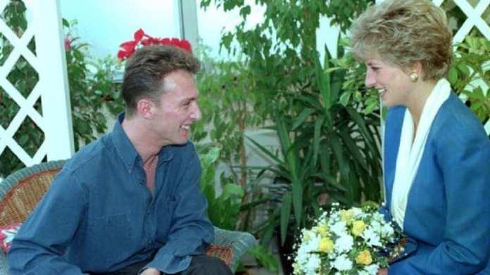 En 1991, la princesse Diana de Galles a rencontré des patients séropositifs à Londres afin de dissiper les idées fausses sur la transmission du VIH.