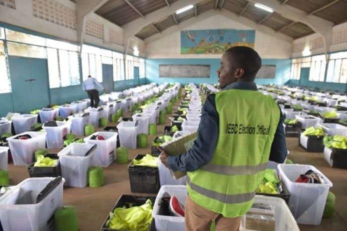 A Nairobi, préparation des bulletins de vote pour la présidentielle kényane du 26 octobre 2017. SIMON MAINA / AFP