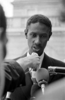 3 septembre 1981, le président sénégalais Abdou Diouf répond à des journalistes après avoir quitté le palais de l'Elysée après une visite de travail de deux jours à Paris. DOMINIQUE FAGET / AFP