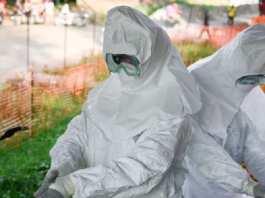 L'équipe médicale au centre de traitement contre Ebola (ETU).