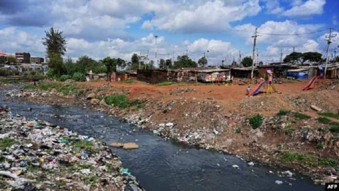 Une aire de jeux pour enfants située sur les rives de la rivière Nairobi, dans un parc de micro-loisirs créé par des jeunes des taudis et située sur une partie de la rive des eaux très polluées du fleuve à Korogoc. Photo : le 17 mai 2019 à Nairobi