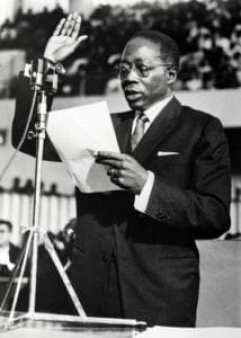 Le 9 décembre 1963 à Dakar, le nouveau président sénégalais Léopold Sédar Senghor (1906-2001) prête serment après avoir remporté la première élection présidentielle du pays. AFP