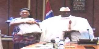 Fatou (« Toufah ») Jallow, photographiée avec le président gambien Yahya Jammeh à Banjul le 24 décembre 2014,