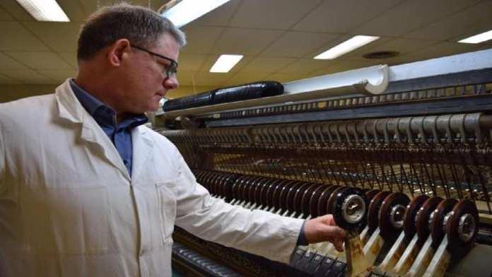 La PME Mulann Industries à Avranches (Normandie, dirigée par Ronan Gallou, est l'une des deux usines au monde à fabriquer encore des cassettes audio. Son objectif est d'en vendre 100 000 par mois. David Pauget / RFI