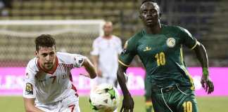 Le Tunisien Youssef Msakni et le Sénégalais Sadio Mané lors de la CAN 2017. KHALED DESOUKI / AFP