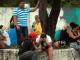 Les familles des prisonniers devant l'Institut médico-légal, après le bain de sang provoqué par la guerre des gangs dans le centre pénitentiaire de Anisio Jobim, à Manaus, le 2 janvier 2017. 56 détenus ont été massacrés, certains décapités. REUTERS/Michael Dantas