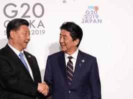 Le président chinois Xi Jinping (à gauche) et le Premier ministre japonais Shinzo Abe (à droite). REUTERS/Kevin Lamarque